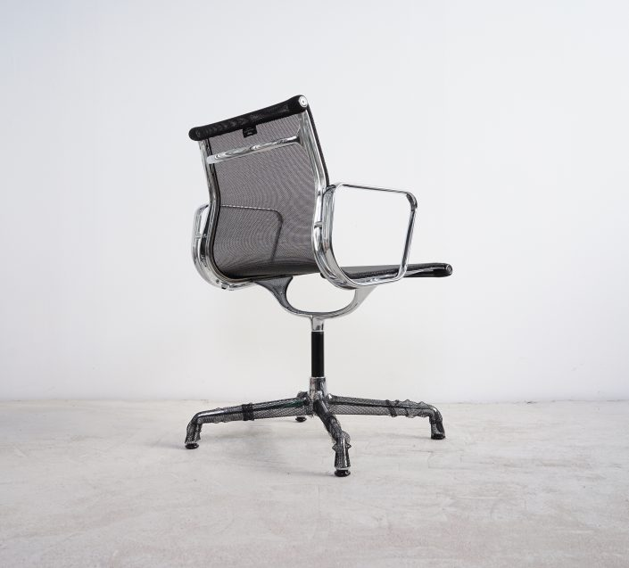 Vitra Alu Chair EA104 Netzgewebe schwarz